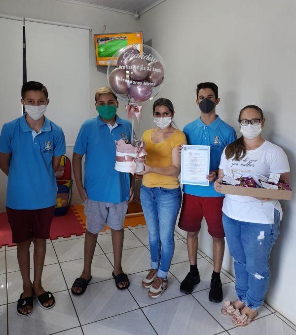 Vereadores mirins de Pinhal entregam reconhecimento aos profissionais da saúde